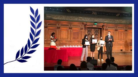 Le laurier, symbole de réussite, et une photo de la cérémonie, avec le directeur de l'AEFE et les trois élèves primées en arabe.