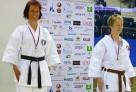 Une maîtresse d'école karateka championne de haut niveau