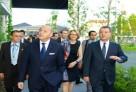 Le 8 juillet 2012, M. Fabius, ministre des Affaires étrangères, visitant le Lycée français international de Tokyo, à la façade végétalisée.