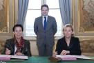 Au Quai d'Orsay le 8 octobre 2014, Laurence Tiennot-Herment pour l'AFM-Téléthon et Hélène Farnaud-Defromont pour l'AEFE signent une convention de partenariat sous les auspices du secrétaire d'État Matthias Fekl.