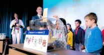 Les élèves du Lycée français international de Tokyo aux urnes pour sélectionner les mascottes des Jeux olympiques et paralympiques de 2020