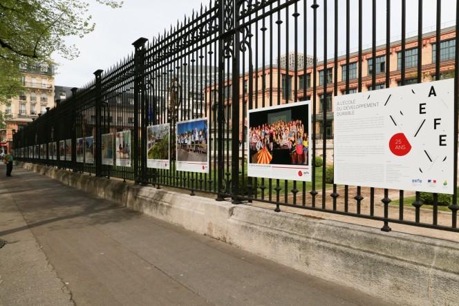"""Perspective des panneaux de l'exposition """"25 ans de l'AEFE, à l'école du développement durable"""""""