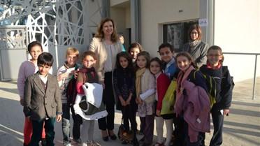Mme Treiweiler avec des élèves près du hall d'entrée.