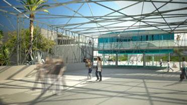 Le hall d'entrée, surmonté d'une structure rappelant un vaste moucharabieh.