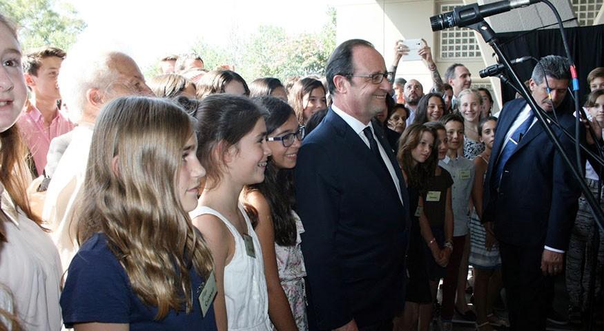 Le président Hollande entouré des élèves de Buenos Aires