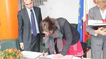 La première volontaire signant son engagement (2010)