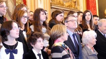 Le ministre de l'Éducation avec les lauréats