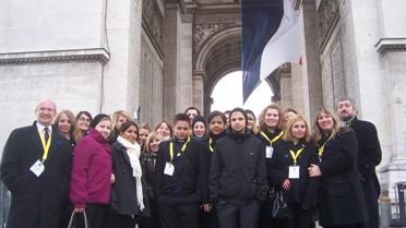 <strong>La délégation du LFA devant l'Arc de Triomphe</strong>