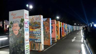 <strong>La chaîne des dominos à Berlin pour la « fête de la