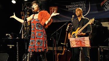 Maïa Barouh chantant en solidarité avec Haïti
