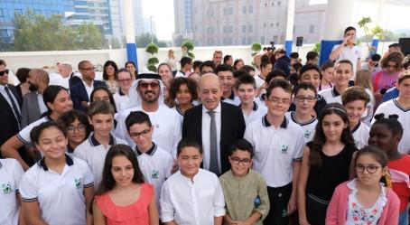 Les ministres entourés par les élèves