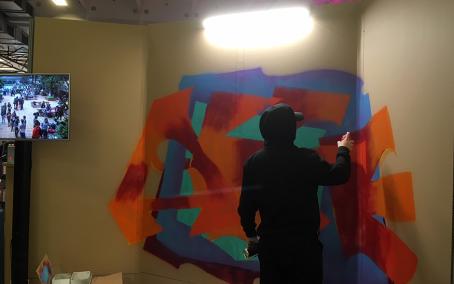 Un étudiant de l'ENS AAMA réalisant une fresque