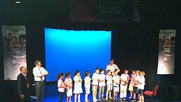Photo : élèves et enseignants sur la scène de l'auditorium